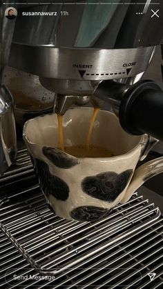 Aesthetic Coffee, Aesthetic Food, Ceramic Pottery, Pottery Art, Coffee Recipes, Coffee Break, Coffee Coffee, Coffee Maker, Clay Crafts