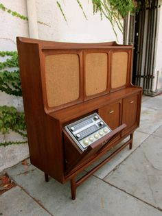 Mid-Century RCA Victor Stereo Cabinet - resembles an old upright piano. Stereo Cabinet, Console Cabinet, Record Cabinet, Mid Century Decor, Mid Century Design, Radios, Vintage Stereo Console, Mcm Furniture, Danish Furniture