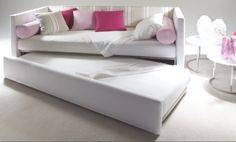 Summer E is a single bed that looks like a couch with two armrests and a back that marks the perimeter; it's available with storage box or with an extra single bed, easy lift mechanism and zero footprint. Kids Single Beds, Sofa, Couch, How To Make Bed, Kid Beds, Decoration, Baby Kids, Kids Room, Interior Design