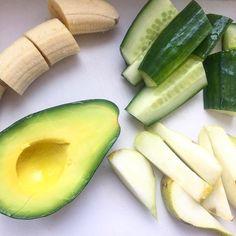 Zutaten für nen tollen grünen Vitamin Smoothie by @whatlauriloves Banane  Gurke  Avocado  #greensmoothie #avocado #grünersmoothie #eatyourgreens #greensmoothie #omg #yummy #banane #avocado #cucumber #zutaten #smoothieingredients #stayfit #raw #vegan