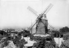 Paris XVIIIème arr., Montmartre, le moulin de la Galette, vers 1910.