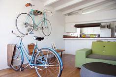 Very Nice Bike стойки поставляется в 2 вариантах, настенное крепление и напольная стойка.  Для настенного монтажа, лучше всего подходит для горизонтальных велосипеды верхней трубы весом в 25 кг или меньше.  Напольная стойка будет держать как раз о любом велосипеде, и поставляется с войлоком распорных колодок для Accommo