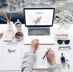 Home office / work space inspiration Study Space, Desk Space, Workspace Desk, Mac Desk, Fall Inspiration, Interior Inspiration, Desk Inspo, Desk Inspiration Student, Study Motivation