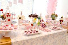 Esta festinha com o tema Alice no País das Maravilhas ganhou uma decoração lúdica e muito fofinha, com bonequinhos e detalhes fofos! As cores escolhidas fo