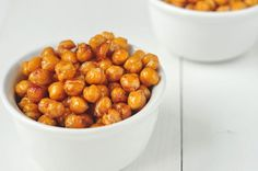 One of our favorite ways to prepare roasted chickpeas! These are a sweetly crunchy snack to keep you going on a long day! Smoothie Packs, Weight Watchers Snacks, Weight Loss Snacks, Tostadas, Honey Roasted Chickpeas, Healthy Snacks, Healthy Recipes, Savory Snacks, Healthy Appetizers