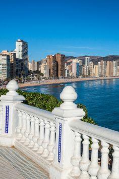Waar jij heerlijk kunt zonnen? In Spanje natuurlijk! De Costa Blanca heeft heerlijk lange zandstranden waar jij op je handdoekje lekker kunt gaan genieten! Trommel je gezin of je 3 beste vrienden op en ga voor een prikkie genieten van de gezellige Spaanse sferen! Zonnen, zwemmen, wandelen of genieten op het terras, het kan allemaal! https://ticketspy.nl/?p=125570