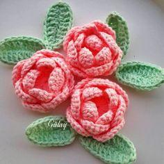 Rose Facile au crochet. Voir comment faire une roseau crochet. Personnalisées vos bonnets, écharpes, sac a main etc avec ces jolies roses.