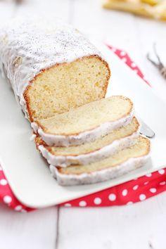 Le gâteau au yaourt basique se transforme un joli et délicieux gâteau de fête grâce à un glaçage extrêmement simple à faire. Le gâteau est parfumé devanil