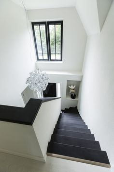 - Stairway Designs & Ideas - Landhuis bouwen trappenhuis modern vormgegeven Country house building stairwell with a modern design. Chapman House, Wooden Stairs, House Stairs, Staircase Design, Modern Staircase, Stairways, Interior Design Living Room, Home And Living, Interior And Exterior