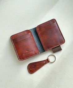 Leather custom man wallet and excellent keychain. Brown Leather Wallet, Handmade Leather Wallet, Leather Briefcase, Men's Briefcase, Diy Mini Wallet, Small Wallet, Custom Leather, Leather Men, Pink Leather