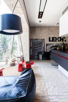 Show Room da Grife de Cozinhas Leicht por Mauricio Arruda - Cozinha Com Ilha - Banquetas - Banquetas para Cozinha - Stool One - Decora GNT - Ilha de Madeira - Bancada de Madeira - Marcenaria - Móveis Planejados - Nichos - Armário de Cozinha - Cozinhas Decoradas - Decoração de Cozinha - Kitchen Design - Leicht - #BlogDecostore - HomeDecor - Puff de Couro - Quadros Apoiados - JJ Modern Lamp - Luminária Gigante - Mesa Lateral Vermelha - Mármore na Parede
