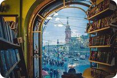 Вид на Невский проспект с непривычного ракурса. Но самое главное — происходит соединение двух разных категорий — личное пространство, которое характерно для книги и большое общественное пространство Невского проспекта. Получилось ...