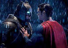 """COMO BATMAN PODE VENCER O SUPERMAN?! Em uma entrevista repleta de spoilers do filme """"Batman vs Superman: A Origem da Justiça"""" Zack Snyder explicou que o Cavaleiro das Trevas é muito mais estrategista que o Homem de Aço e falou até como isso é mostrado nas telonas. """" Superman não é um jogador de xadrez como o Batman. Ele pode ter seu poder a favor dele mas antes que os socos sejam trocados vemos um Batman de armadura plantando várias armadilhas em um galpão abandonado e então andando e…"""