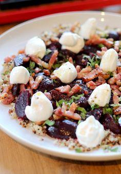 Een klassieke combinatie: bietjes met geitenkaas. Maar door de quinoa, vanille, spekjes en munt krijgt deze salade toch een verrassende twist.  Koo...