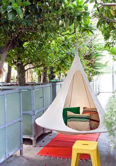 In de schaduw van een boom, op het balkon of in een hoek in huis: deze super comfy hangstoel voelt zich overal thuis.