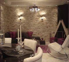 Ατμοσφαιρικό σαλόνι με ιδιαίτερο τρίγωνο τζάκι και πέτρα. - www.insterior.com