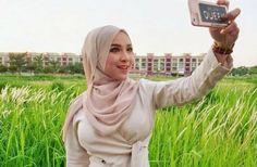 Hijabers Zaman Now Kebaya Hijab, Hijab Fashionista, Girl M, Dark Skin Girls, Hipster Girls, Indonesian Girls, Hijab Chic, Poker Online, Girl Hijab