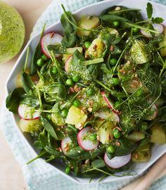 Vehreän perunasalaatin maun salaisuus on sitruunainen minttu-parmesaanikastike.