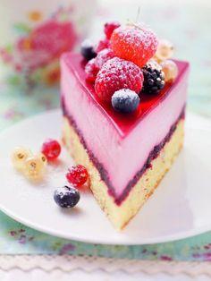 Finden Sie hier das Rezept zu Waldbeeren-Sahne-Torte mit Beerengrütze auf 321kochen.tv