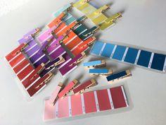 Vor einiger Zeit entdeckte ich im Kindergarten von M.J. diese tolle Übung. Und da dachte ich mir, ich bastel das einfach mal nach und zeig Euch das. Denn das ganze ist super einfach :-) Und es macht super Spaß :-) Ihr könnt natürlich alle Farbkarten benutzen. Wir haben insgesamt 24 verschiedene Farben genommen :-) Ihr braucht: Farbkarten (gibt es in der Regel im Baumarkt umsonst) 2 mal die ...
