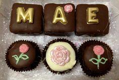Pães de mel recheados e decorados com chocolate tingido e pintado artesanalmente