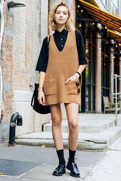 8 Motivos para investir na cor camelo. Camisa preta, jardineira de tricô, meia preta aparente, oxford