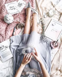 flatlay_pink_mood_flowers_white_bag_silver shoes blue midi skirt home decor