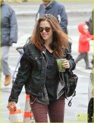 Hollywood News: Kristen Stewart no set de 'Still Alice' em NYC Kristen Stewart estava radiante, durante a caminhada ao redor do set de seu novo filme 'Still Alice, na segunda-feira de manhã (03 de março), em Nova York.  A atriz carregava uma bebida verde com ela enquanto se preparava para filmar algumas cenas.  Kristen interpreta a filha de uma mulher (Julianne Moore), que descobre que ela está sofrendo de Alzheimer