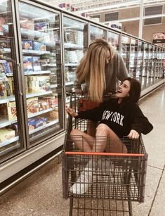 She told her bff she was pregnant and her friend said get in the cart I'll push you ? She told her bff she was pregnant and her friend said get in the cart I'll push you ? Bff Pics, Photos Bff, Cute Friend Pictures, Friend Photos, Cute Photos, Beautiful Pictures, Shooting Photo Amis, Best Friend Fotos, Best Friend Pics