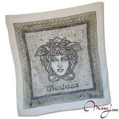 """Exkluzívna hodvábna šatka """"Medusa"""" z prírodného hodvábu, veľmi jemná na dotyk.  Hodvábna šatka s olejomaľbou inšpirovaná moderným umením. Dodajte aj jednoduchému outfitu eleganciu a luxus."""