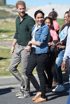 Meghan Markle wears Mother Denim skinny jeans, a Madewell denim jacket, Madewell canvas tote bag, and white button down J.Crew shirt in Cape Town during the royal tour of Africa Outfit Jeans, Jeans Outfit Summer, Black Ripped Jeans, Black Denim, Skinny Jeans, Jean Outfits, Casual Outfits, South Africa Tours, Prinz Harry