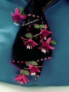 İğne Oyası Namaz Örtüsü Modelleri | Örgü Ör Farah Diba, Crochet Borders, Bobbin Lace, 4th Of July Wreath, Wool Felt, Embroidery Designs, Elsa, Diy And Crafts, Crochet Necklace