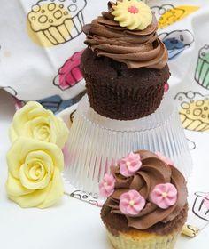 Υπέροχα μαλακά cupcakes με σοκολάτα μέσα αλλά και στην επικάλυψη. Προσοχή, είναι αδύνατον να μείνεις στο ένα!