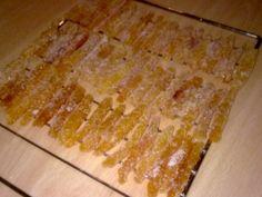 Ahorrar en tiempos de crisis: Secando bastones de naranja confitada azucarados.
