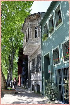 Kuzguncuk, in the Üsküdar district on the Asian side of the Bosphorus in Istanbul Urban Architecture, The Beautiful Country, Famous Places, Most Beautiful Cities, Istanbul Turkey, Asia, Historic Homes, Pilgrimage, Old Pictures