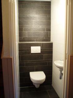 achterwand met donkere leisteenlook strokken in 3 maten (tegels) Tegelhuys Modern Toilet, Narrow Bathroom, Downstairs Toilet, Tiles, House Styles, Bathrooms, Home Decor, Tiny Half Bath, Ideas