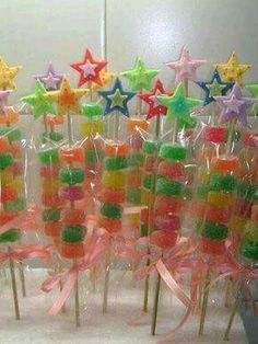 more and more crafts: 15 souvenirs and party details made with sweets Candy Party, Party Treats, Party Cakes, Party Favors, Diy Birthday, Birthday Parties, Candy Kabobs, Candy Arrangements, Candy Bouquet