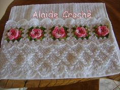 Toalha de Lavabo, com trabalho em crochê, cor branca, flor rosa, da Kaster, esse valor + frete, se houver muitas encomendas o prazo poderá ser prolongado. R$ 40,00