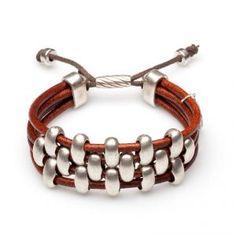 Pulsera Dana Silver Cuatro tiras de cordon de cuero, con piezas alternadas entre si, en el centro de la pulsera. Cierre y piezas bañadas en plata.
