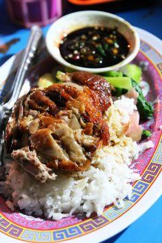 Bangkok's grumpiest roast duck vendor, at Hasan (ฮาซัน เป็ดย่าง) - http://www.eatingthaifood.com/2014/02/grumpy-thai-roast-duck/