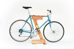 There are at least 2 great reasons to do your own bike repairs. Commonly known as DIY (do it yourself) bike repair, one of the main reasons is to simply save Bike Stand Diy, Diy Bike Rack, Bike Repair Stand, Bicycle Stand, Bike Storage Rack, Bicycle Rack, Bike Stands, Bike Maintenance Stand, Rack Velo