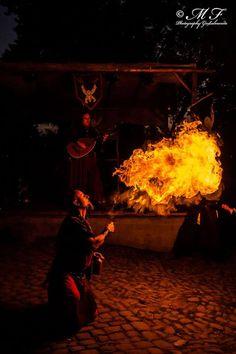Feuerzauber und Musik sorgen für die passende Stimmung.