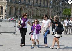 Jennifer Garner et ses enfants Violet, Seraphina et Samuel ont visité le musée du Louvre et la Tour Eiffel à Paris le 8 mai 2016.