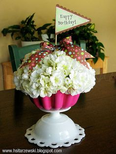 Super cute centerpiece for a cupcake party-idea for Maddy's 1st birthday!