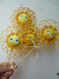 Sluníčko žluté malé - zápich / Zboží prodejce Jalis | Fler.cz Corn Husk Dolls, Straw Weaving, Newspaper Crafts, Paper Basket, Paper Straws, Paper Cutting, Wicker, Origami, Projects To Try
