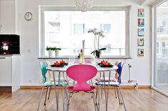 Post: Comedor con sillas de diseño de cada color ---> muebles estilo nordico, mid century modern, estilo contemporaneo, decoracion comedores, muebles de diseño, silla ant chair, danish design, scandinavian