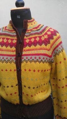 brukt av Oda i TV-serien Hjem. Fair Isle Knitting, Lace Knitting, Knitting Patterns, Knit Crochet, Norwegian Knitting, Hand Knitted Sweaters, Jumpers, Sorting, Knit Cardigan