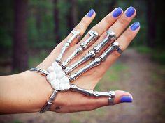 Skeleton hand ring / bracelet I want this so bad! It looks so cool! Hand Bracelet With Ring, Hand Ring, Ring Bracelet, Skeleton Bracelet, Slave Bracelet, Jewelry Box, Jewelry Accessories, Hand Jewelry, Jewelry Crafts