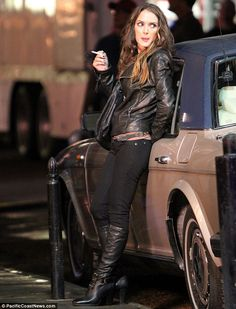 Winona Ryder filming the movie Homefront in New Orleans. Love this outfit Winona Ryder 90s, Winona Ryder Style, Women Smoking, Girl Smoking, Smoking Celebrities, Female Celebrities, Keira Knightley, Winona Forever, Blazers