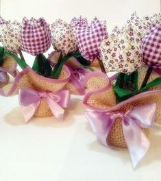Confeccionado em Juta e tulipas de tecido 100% algodão. Cores a sua escolha. Serve para decorar, como centro de mesa ou como lembrancinha para várias ocasiões. Frete via PAC ou SEDEX com desconto!!! R$ 7,50